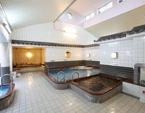 船岡温泉の湯船の様子です。広々手足を伸ばして、ゆったりと寛げそうですね♪