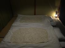 和室2人部屋の布団を敷いた様子。