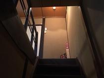 館内の様子 押入れの横の「隠し階段」を使っての上下階の移動です。