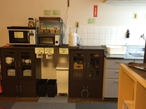 キッチン 食器類や電子レンジ、大型シンクが機能的にまとめられた、使い易いキッチンです。