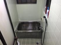 シャワールーム。脱衣所で施錠出来ます。シャンプー・コンディショナー・ボディソープ完備。
