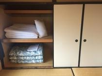 遊び心ある和室 押入れにまとめられた布団・シーツ・枕。
