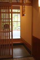 はな椿さん(宿より徒歩1分)の趣ある玄関の様子です。