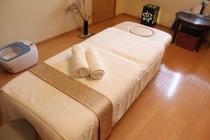 はな椿さん(宿より徒歩1分)のベッドの様子。こちらで心地よいマッサージを受けていただきます。