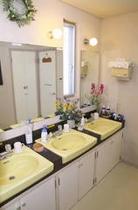 清潔な洗面台には、ハーブ石鹸・ハーブウォーター・歯ブラシなどのアメニティが置いてあります