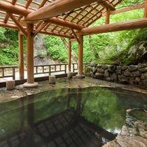 *真湯[混浴]/夏油川を眺めながら入れる野趣あふれる露天風呂。