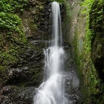 *周辺散策/「蛇の湯の滝」湯ノ沢にある滝は夏油の豊富な水量を表しています。
