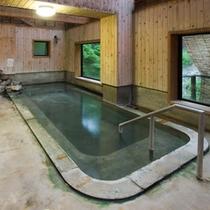 *滝の湯[女性専用]/丸太小屋風の造りの露天風呂。お湯は硫黄を含みます。