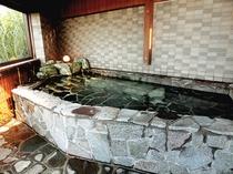 【露天風呂】広々とした湯船でゆったりおくつろぎ下さい
