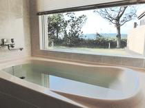 【バスルーム】内風呂も大きな窓から自然を満喫