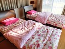 【ベッドルーム】大きな窓の明るい寝室