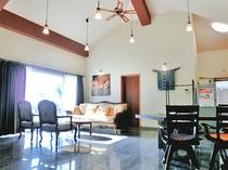 【リビング】高い天井と落ち着いた家具