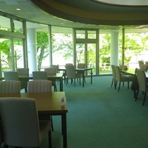 *【館内】レストラン/草木湖を眺めながら、食事を楽しめます。