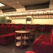 *「卓球バー」地下1F/カクテルの種類も豊富なドリンクメニューは全て500円。