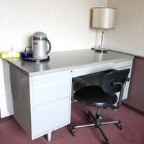 *客室一例/ビジネスマンに使い勝手のいいデスク。