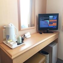【客室デスク】電気ポット、コップ、湯のみ、お茶、ドライヤー