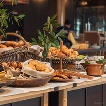 ■朝食ブッフェ/館内のベーカリーで焼き上げたパンを数種類ご用意