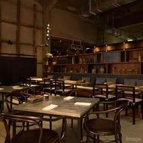 ■The RESTAURANT店内/天井の高さをいかし開放感ある空間に
