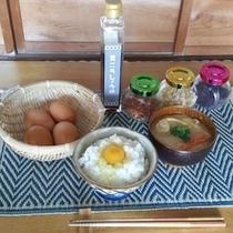 【朝食】 セルフサービス 黄ニラ醤油を使った卵かけご飯(インスタントみそ汁付き)