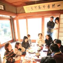 テーブルを囲んで団らん♪♪お庭が眺められる開放感のあるお部屋は気持ちが良い!