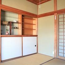 個室。小物を置ける棚があります。