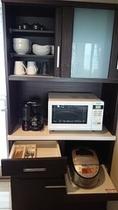 全室、冷蔵庫・炊飯器・電子レンジ・電気ポット・鍋・食器類あります。