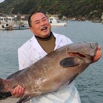 *天然クエを抱える料理長!28kgの大物です☆