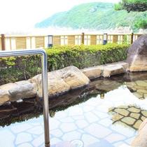 *【露天風呂】露天風呂からは海を一望。のんびり非日常のひと時を