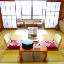 和室10畳 お部屋からは、庭園と綱不知湾をご覧いただけます。