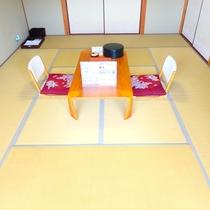 和室10畳 お部屋にはミネラルウォーターとお茶菓子を用意してお客様をお迎えいたします。
