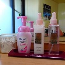 大浴場洗面の女性アメニティーです。化粧水・乳液等ご用意しております。