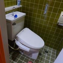 温水洗浄便座付きの客室トイレです。