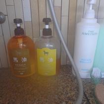 女性の大浴場には、2種類のシャンプー・トリートメントとボディソープをご用意しております。