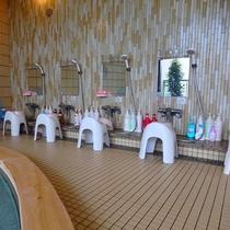 大浴場の洗い場です。シャンプー・トリートメント・ボディソープを取り揃えております。