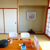 和室8畳 お部屋にはミネラルウォーターとお茶菓子を用意してお客様をお迎えいたします。