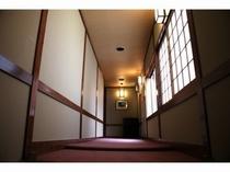 絨毯敷き廊下