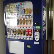*館内の様子/清涼飲料水、酒類の自動販売機がございます。