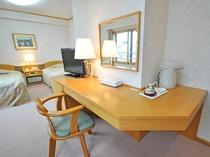 【客室:特別室(ツイン+和室8畳)】椅子とカウンター