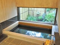【浴場】エゾ檜造りのお風呂でゆったりとお寛ぎください。