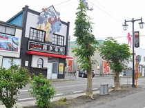 【周辺】通称「ルパン三世通り」にはキャラクターの仮想店舗があり、記念撮影スポットとして人気です。