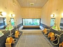 【男性用浴場】足を伸ばしてゆったり入れる広さです。