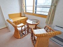 【客室:特別室(ツイン+和室8畳)】椅子とテーブル