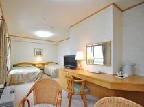 【客室:特別室(ツイン+和室8畳)】ツインベッドを配置した洋室と、8畳の和室。