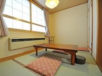 【客室:和洋室(ツイン+和室4畳)】ツインベッドの洋室の他にこじんまりとした和室もございます。