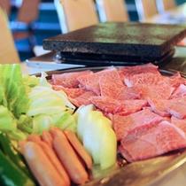 【黒毛和牛の溶岩焼】石をよく焼いてからお肉をのせるのがコツです