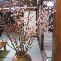 *【館内】生け花が館内を華やかに彩ります。