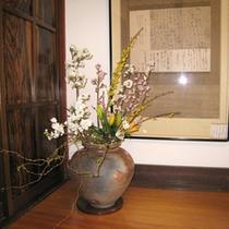 *【館内】お部屋にも生け花が飾られ、自然を感じられます。