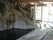 木賊温泉、その前は川があり、混浴です
