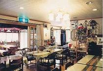 壁面に野鳥やリスの写真が展示される食堂