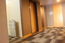 共用廊下。電光ルームパネルでスタイリッシュな雰囲気を演出